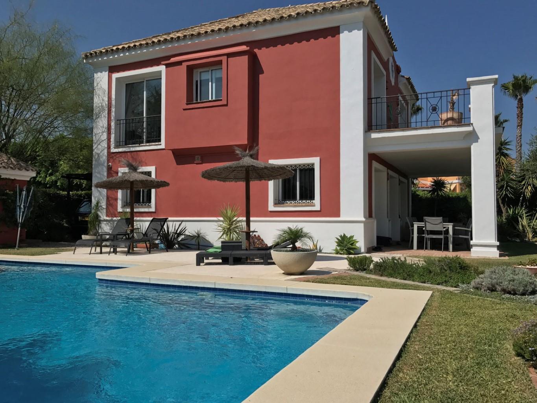 Villa de charme composée de 4 chambres et 3 salles de bain, à distance à pieds de la plage et du port de la Duquesa !