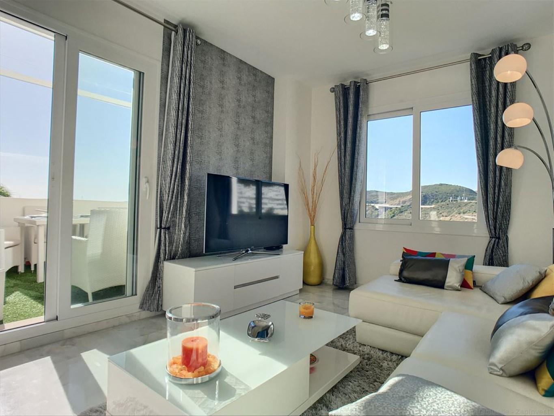 Appartement lumineux en 1ère ligne de golf avec vue sur mer et montagne.