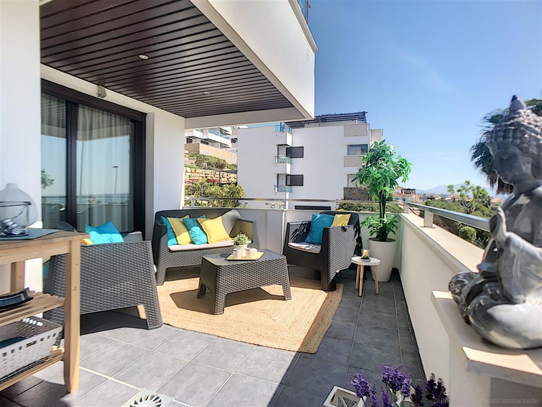 Appartement avec une vue spectaculaire à la mer et proche de tout types de commerces.