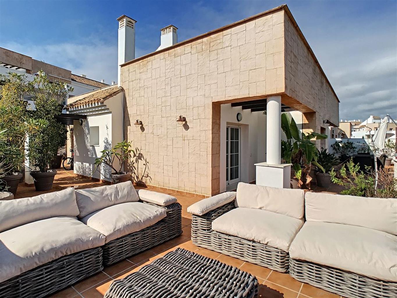 Penthouse avec une terrasse réellement impressionnante, piscine commune, piste de padel, vue imprenable sur l'environnement de l'Alcaidesa. Penthouse meublé de trois chambres et deux salles de bains