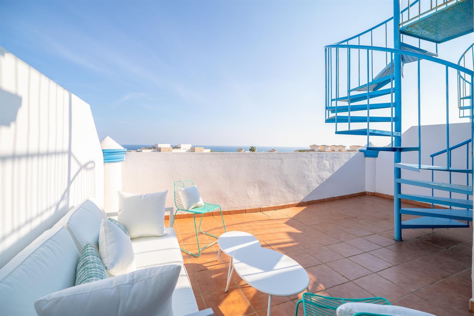 Magnifiques appartements (penthouses et rez-de-chaussée) avec des grandes superficies extérieures, avec piscines et jardins communautaires, de deux ou trois chambres.