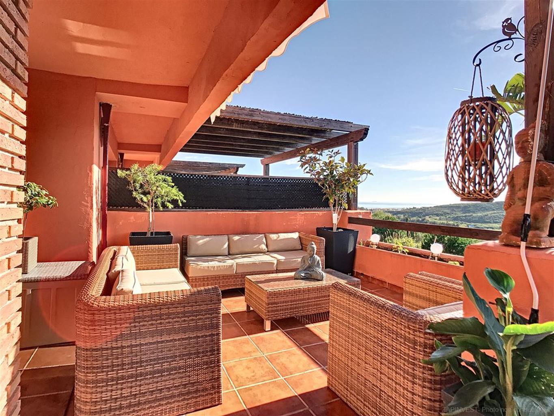 Appartement spectaculaire, moderne et spacieux en première ligne de Golf, de trois chambres, grande terrasse avec vues mer, 3 piscines communes et jardin bien entretenu.