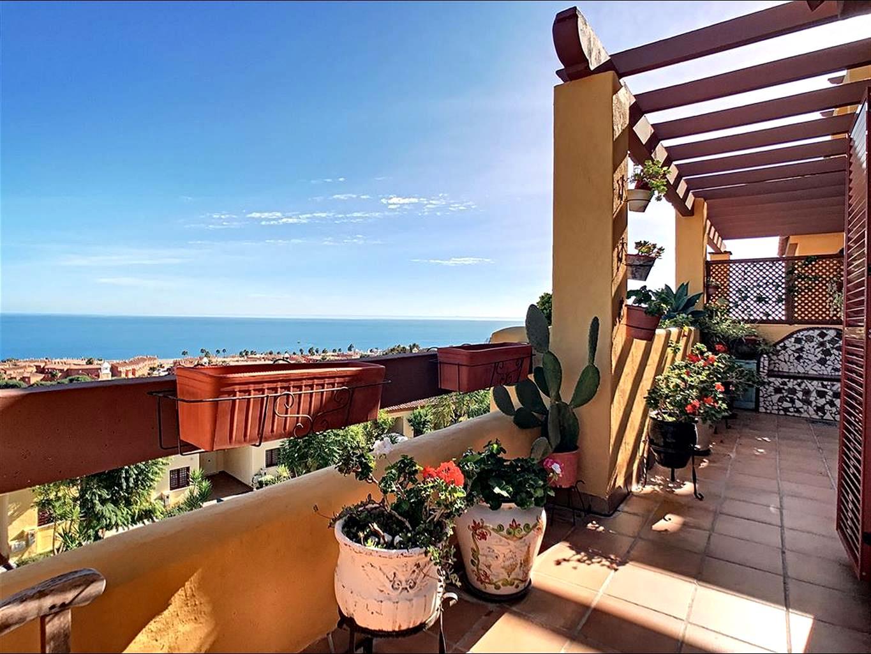 Appartement de deux chambres, deux salles de bains, grande terrasse avec vue mer,  à quelques minutes à pied de la plage, 13.400m2 de zone commune et bien plus encore !