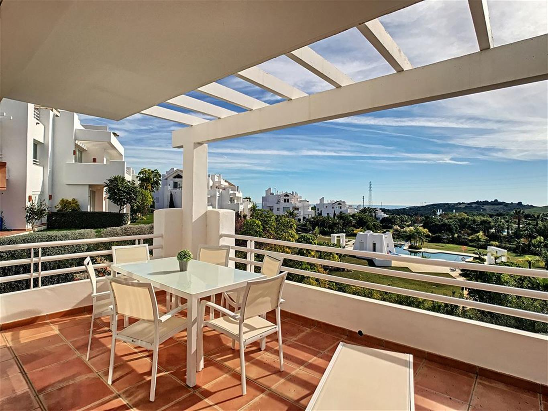 Appartement de deux chambres, spacieux, lumineux et moderne, avec piscine commune ainsi qu'une plage artificielle, à seulement 5 minutes du centre d'Estepona.