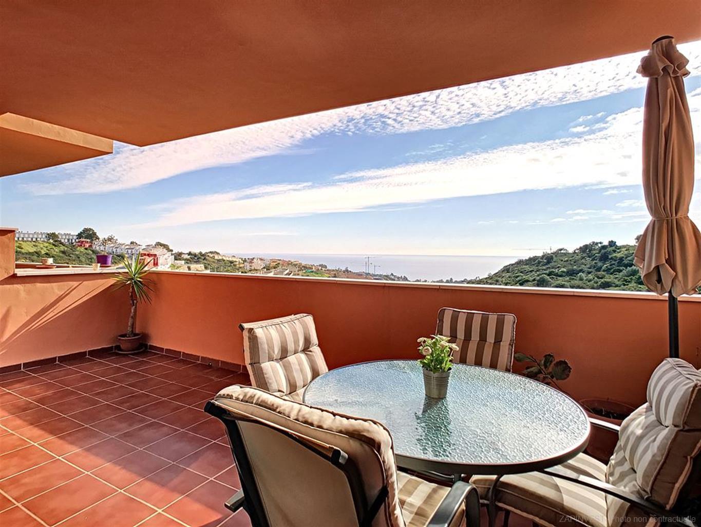 Appartement lumineux, vue frontale sur la mer, le rocher de Gibraltar et la côte Africaine, zones communes spectaculaires avec piscine, piste de padel. À seulement quelques minutes de Sotogrande et du Port de la Duquesa.
