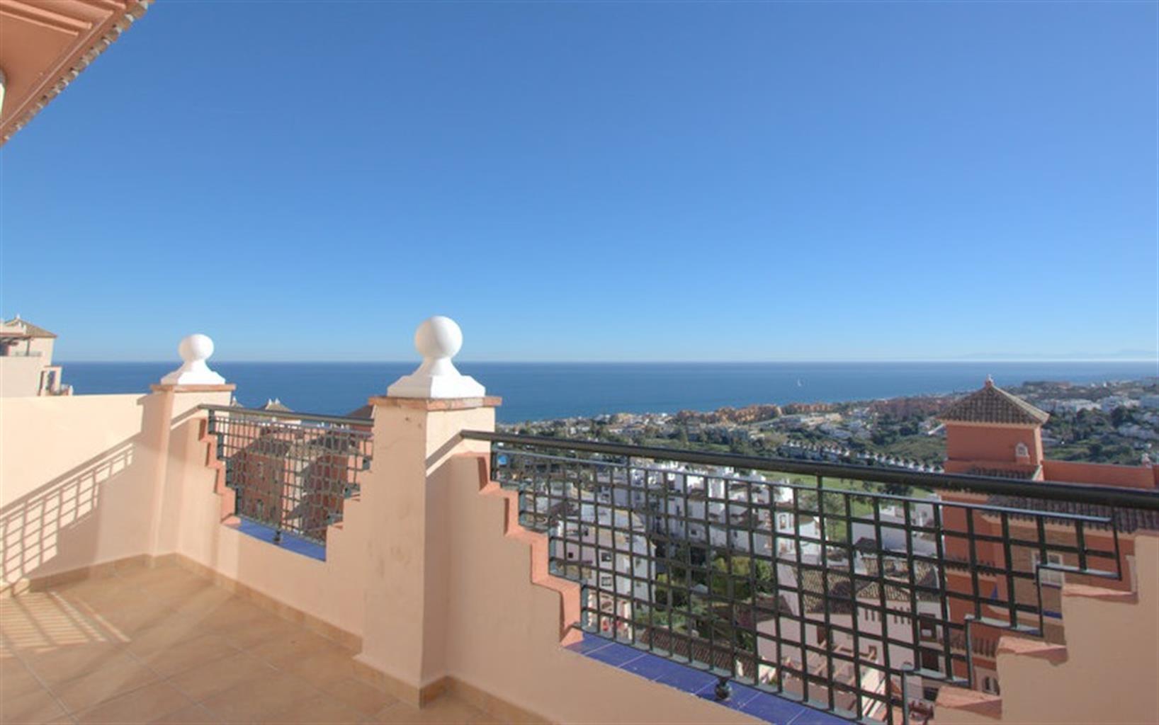 Appartement avec une vue spectaculaire sur la mer et le golf, trois chambres, piscine commune et à proximité de la plage.