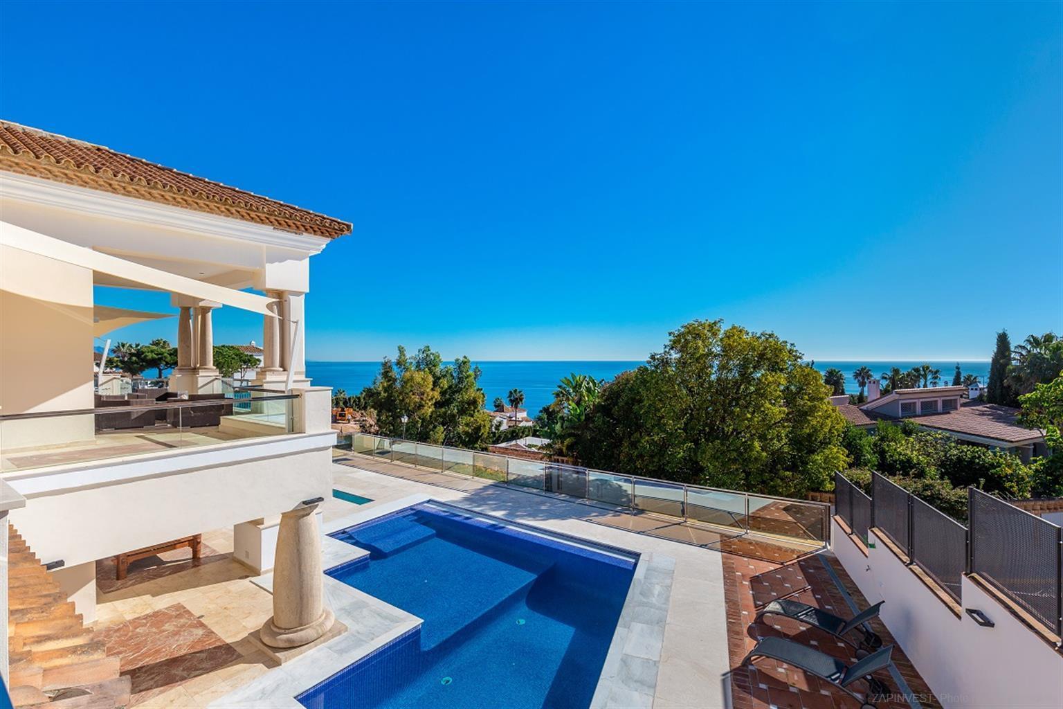 Spectaculaire villa avec piscine, salle de cinéma, gymnase, pré-installation d'un spa, chambres en suite, et avec imprenables vue sur la mer et Afrique.