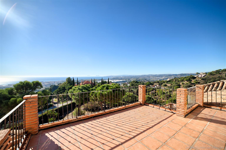 Villa à quelques minutes du centre d'Estepona avec piscine privée, grand salon et vue imprenable sur la mer et le rocher de Gibraltar.