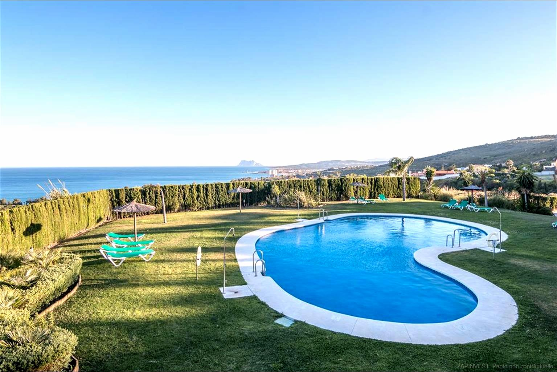 Appartement lumineux et ample avec presque 40m2 de terrasse, grande piscine commune avec vue imprenable sur la mer.