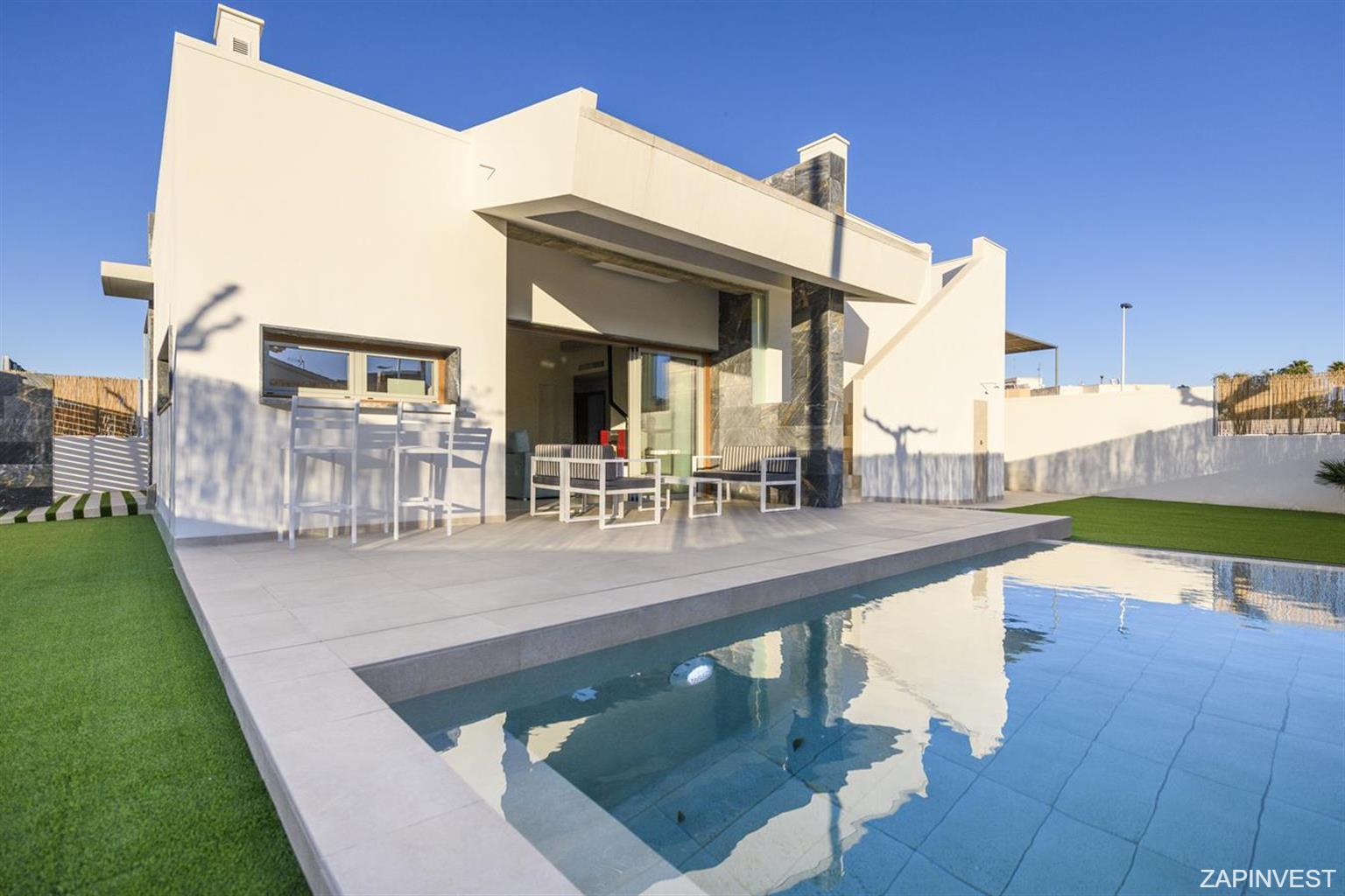 Villa moderne de 3 chambres et 3 salles de bain à  San Pedro del Pinatar.  Ses points forts: sa situation à 350 mètres d´un supermarché et 3,5 km du centre commercial Dos Mares. Au bord de la piscine,  se trouve un bar qui donne sur la cuisine. La villa dispose aussi d' une terrasse, un solarium et une place de parking.