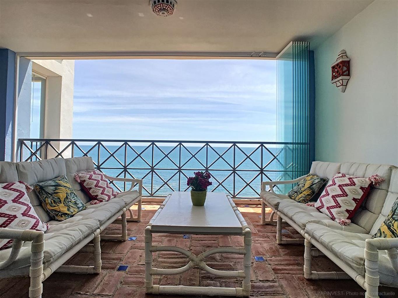 Appartement en première ligne de plage, avec grande terrasse et piscine commune, à proximité d'Estepona et du Port de la Duquesa.